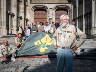 Oud-scouts hijsen vlag op Sint-Rombouts en vieren 82-jarige 'Bob den danser'