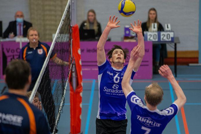 Vocasa, afgelopen seizoen in actie tegen VCN. Spelverdeler Daan Haanappel (6) is inmiddels vertrokken naar landskampioen Dynamo.
