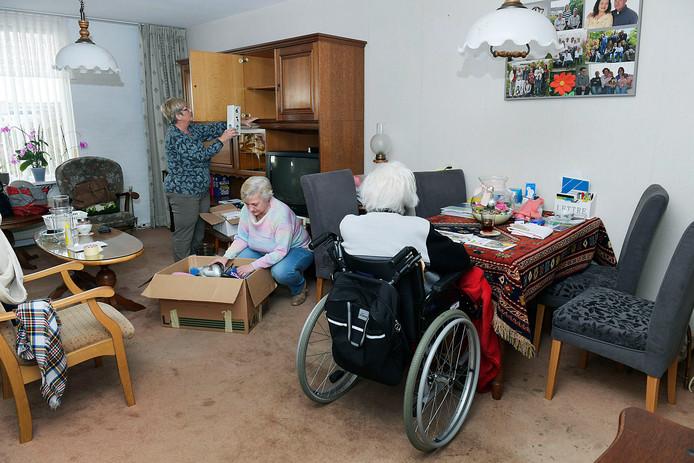 Rita Blootshoofd (midden) en haar zus waren vorige week druk bezig met verhuizen in de voormalige woning in Papendrecht van hun moeder.