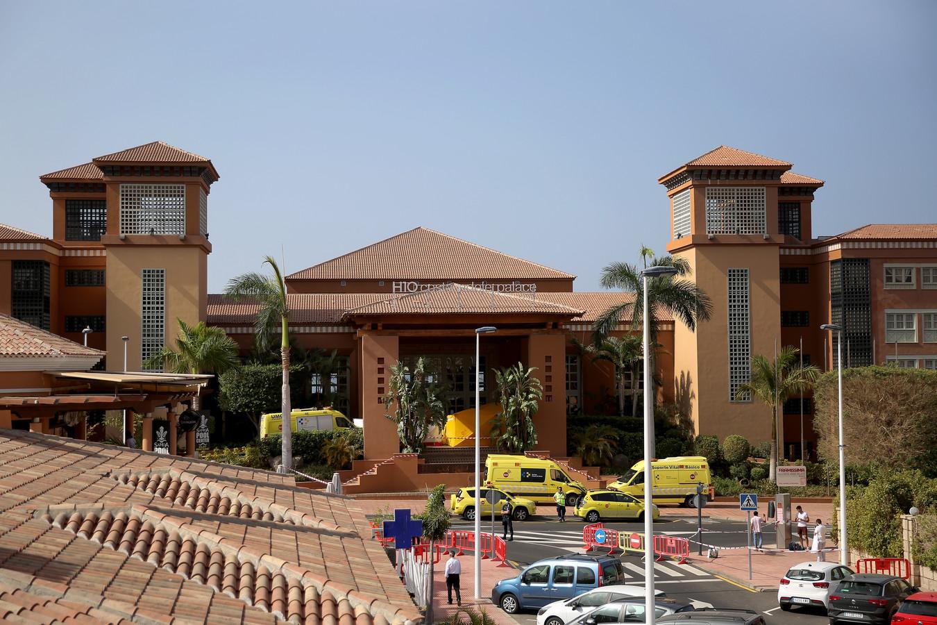 Ambulances buiten het hotel in Adeje.