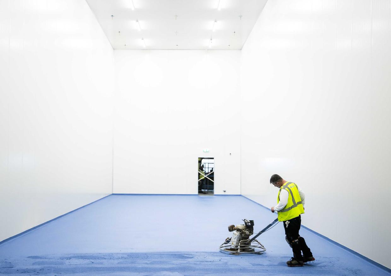 Een extra gekoelde ruimte is in aanbouw bij KLM Cargo waar vaccins tijdelijk kunnen worden opgeslagen.