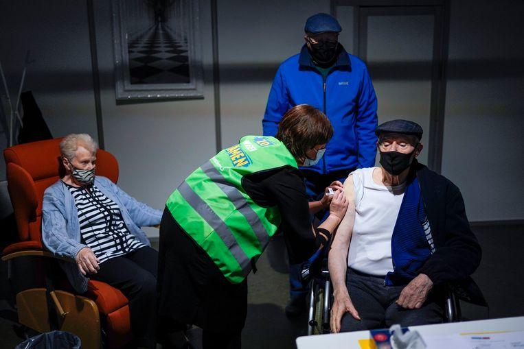 Een man uit België krijgt het vaccin van AstraZeneca. Beeld AP