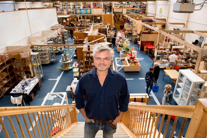 Directeur Bart Bennis in de winkel van Secunda.