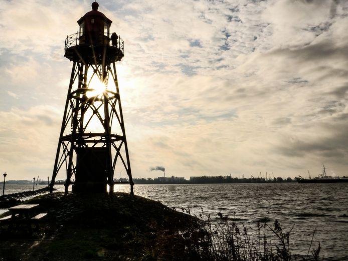 Industrieterrein Moerdijk gezien vanaf het Hollandsch Diep. Voorlopig nog geen Nationaal Park.