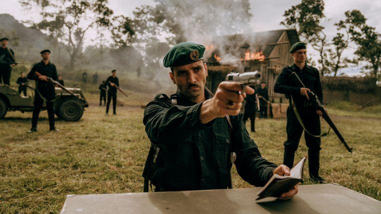 'Kapitein Westerling' (gespeeld door Marwan Kenzari) schiet in De Oost dorpelingen door het hoofd die hij verdenkt van heulen met de opstandelingen.   Beeld Milan van Dril