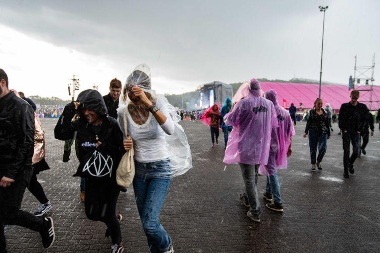 Festivalgangers verregenden helemaal op de laatste dag van het Nederlandse festival Pinkpop. Beeld ANP
