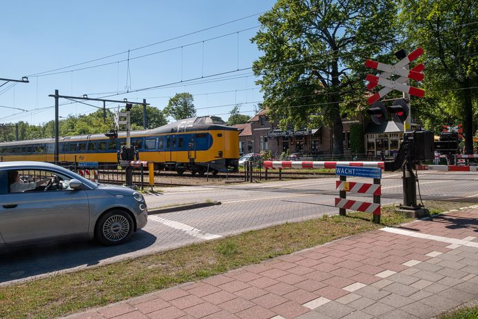 De spoorwegovergang in de Luitenant-generaal Von Heutszlaan in Baarn, die Prorail veiliger wil maken.