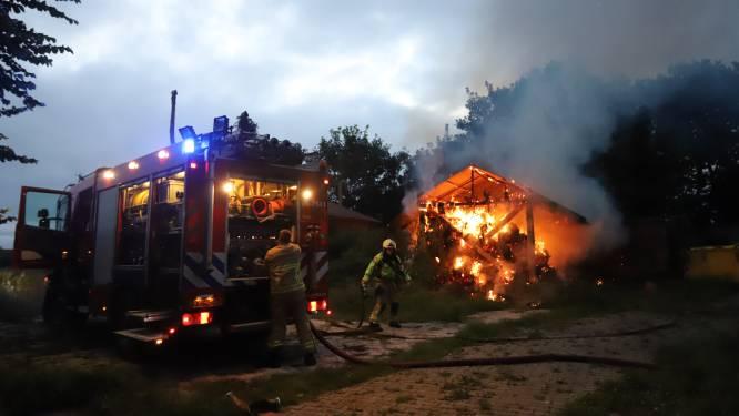 Voorbijganger ziet vlammen slaan uit hooiberg in Doornspijk en alarmeert de brandweer