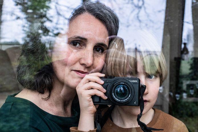 Chantal Heijnen met haar zoon Lou van Melik in hun chalet op camping Heumens Bos.