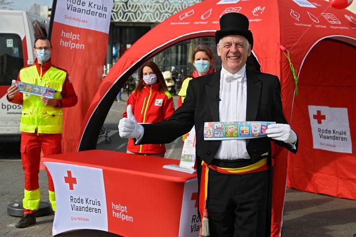 'Meneer de burgemeester' koopt de eerste sticker aan van de 60ste Rode Kruis-actie, aan Waasland Shopping in Sint-Niklaas.