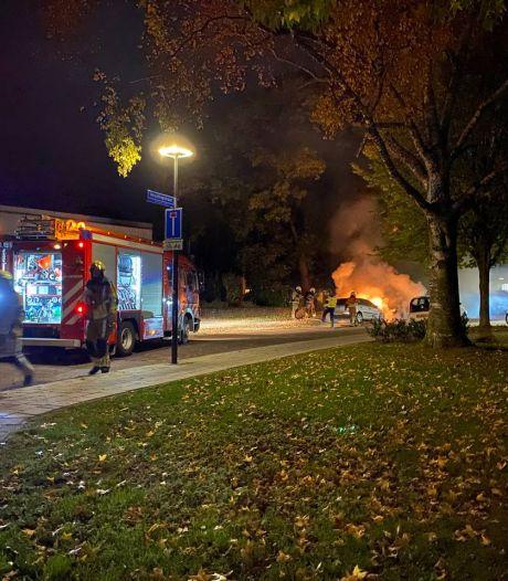 Auto brandt uit in Jan Tooropstraat in Hengelo