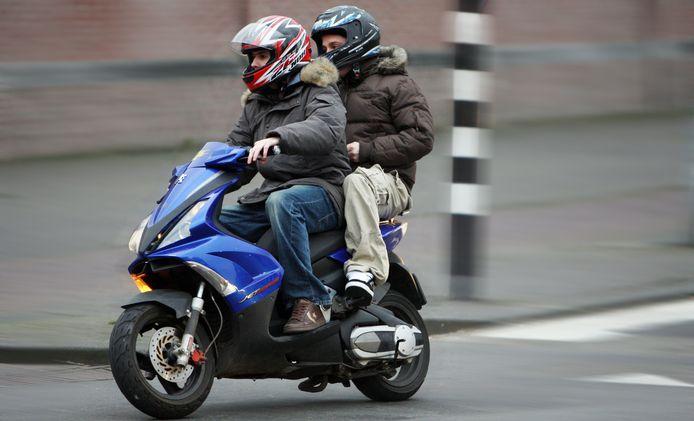 Door het dragen van een helm voorkomen deze berijders elk een boete van 95 euro.
