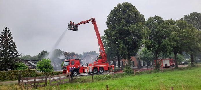 De brandweer is nog bezig met (na)blussen.