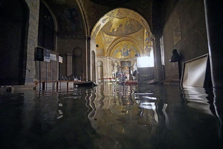 Hoog water in de San Marco-basiliek. De vloermozaïeken staan volledig blank.  Beeld EPA