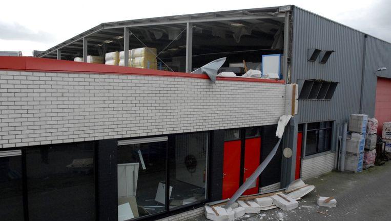 Door het instorten van het dak van een bouwmaterialenhandel in Ede overleed een 45-jarige man. Voor het leven van een 59-jarige man wordt gevreesd. Beeld ANP