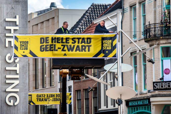 In het kader van 'de hele stad geel-zwart', hangt Edward Sturing vanuit een hoogwerker een Vitesse-vlag op in de binnenstad van Arnhem.