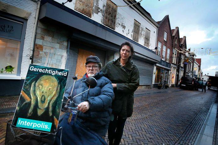 Piet Emck en zijn vrouw voor het pand in de Hoogstraat.