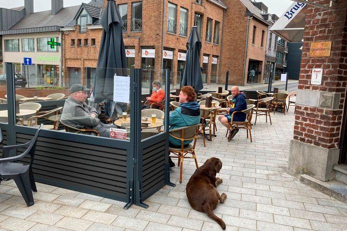 Op het terras van café De Eekhoorn aan het dorp in Lede werden zaterdag omstreeks 8.30 uur de eerste pinten geschonken.