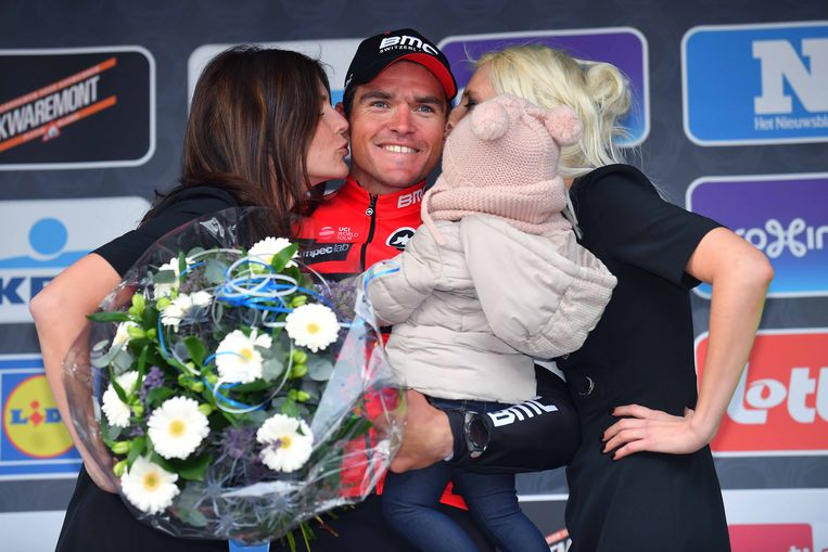 Greg Van Avermaet won de Ronde Het Nieuwsblad vorig jaar, en werd gefeliciteerd door de bloemenmeisjes. Alvast die laatsten zullen er dit jaar niet meer bij zijn.  Beeld TDW