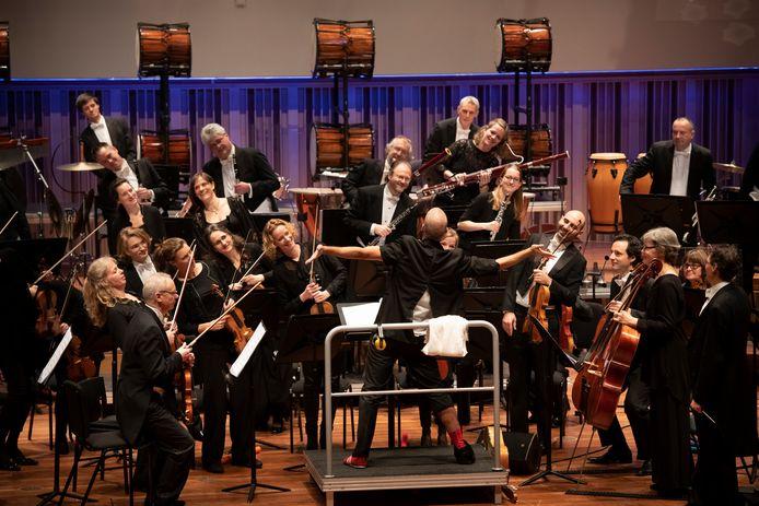 Philharmonie Zuidnederland en de vier slagwerkers van Percossa tijdens het educatieproject 'Rhythmix' in Muziekgebouw Frits Philips.