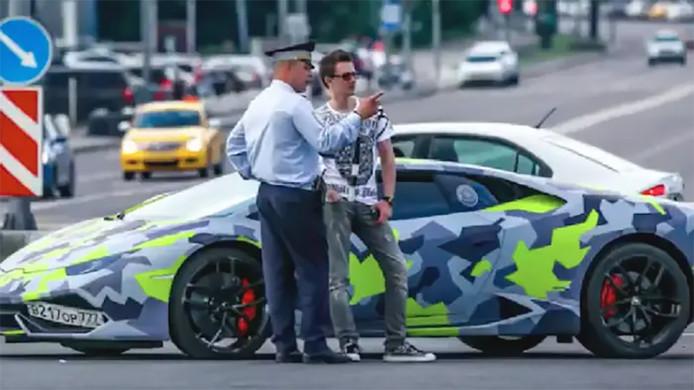 """De Russische hacker Maksim """"Aqua"""" Jakoebets rijdt met een opvallende Lamborghini rond."""