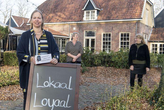 De initiatiefnemers van de horeca loyaal cheque: Saskia Overzee - Boenders ('t Hagen, links), Jeanette Dwars (Café Dwars, midden) en Jet van Geuns (cafe Zeezicht, rechts). Fotobon-nummer: TT-2020-006208 EDITIE: EN FOTO: Frans Nikkels FN20201125