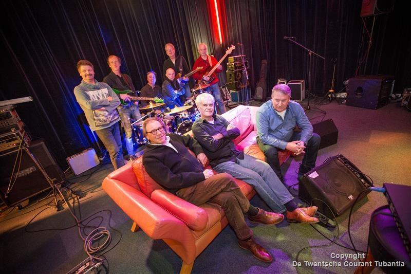 Harry Goorhuis, Fons ter Keurs en Felix Nijland met de band Clinch op de achtergrond.