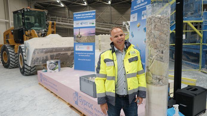 Maarten Hendriks van New West Gypsum Recycling waar de afgedankte gipsplaten worden ontdaan van papier en karton om er opnieuw een grondstof van te maken.