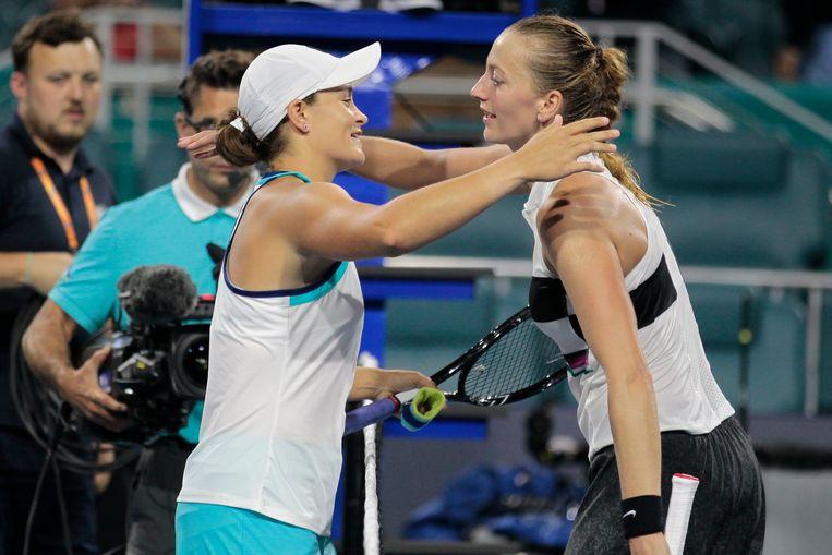 Barty met een knuffel voor Kvitova (r). Beeld AP