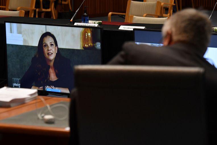 Google-topvrouw Mel Silva (links) tijdens haar online bijdrage aan de hoorzitting in de Australische Senaat. Beeld AP
