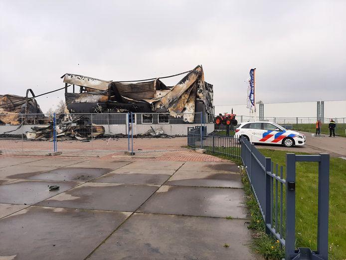 Een felle brand legde het pand van VM Service in Swifterbant vannacht in de as.