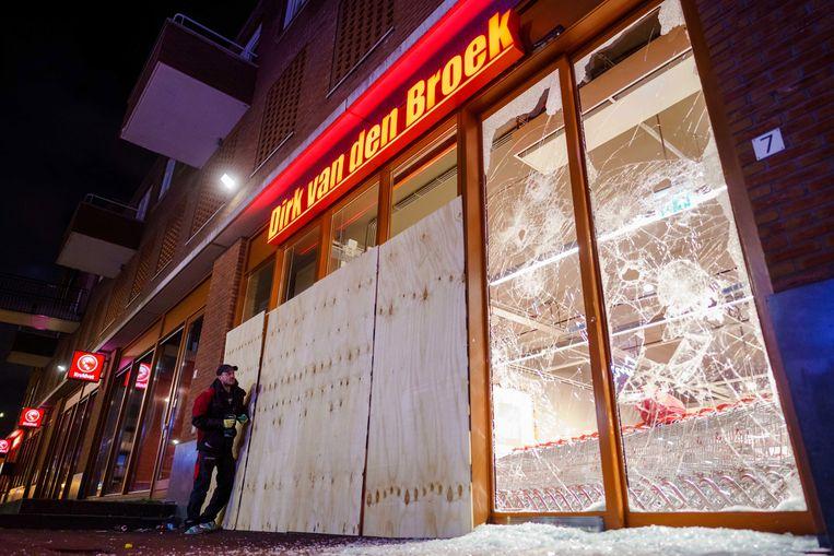 De geval van een supermarkt in Rotterdam is beschadigd.  Beeld EPA