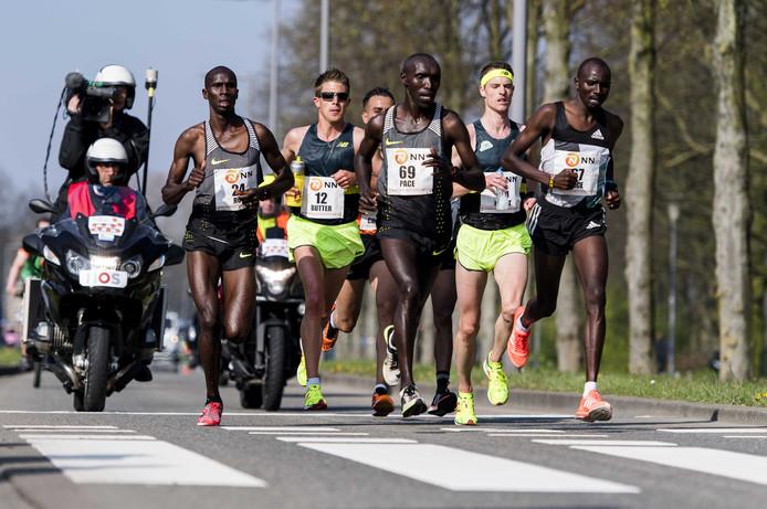 Michel Butter (met nummer 12) in actie tijdens de Marathon van Rotterdam.