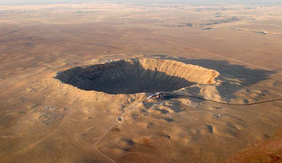 Luchtfoto van een krater in de Amerikaanse staat Arizona. Dit gat van 1 kilometer doorsnede werd veroorzaakt door een planetoïde met een doorsnede van zo'n 25 meter. De planetoïde 2019 OK, die deze week langs de aarde scheerde, is twee tot vijf keer zo groot.
