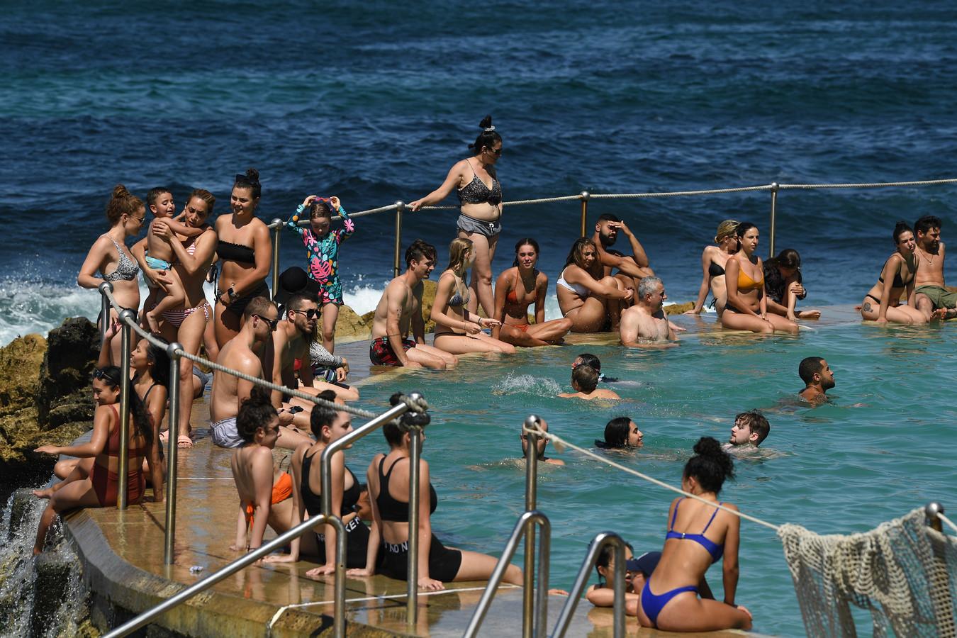 Verkoeling zoeken tijdens een hittegolf aan het strand van Sydney.