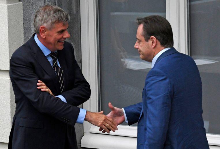 Met Filip Dewinter, wiens partij hij even decimeerde. 'In normale omstandigheden is De Wever  bijna onverslaanbaar, maar op momenten van crisis verliest hij zijn toverkracht.' Beeld Photo News