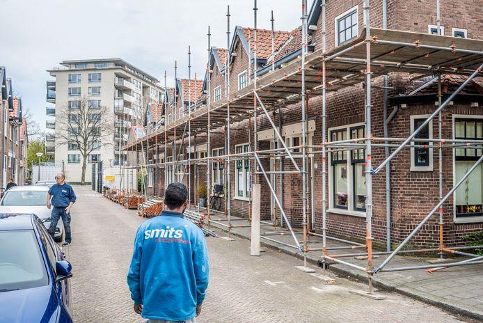 De steigers voor het grote renovatieproject in de Vermeerstraat staan al klaar.