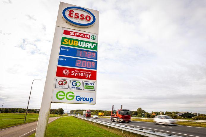 Voor het eerst is de adviesprijs voor liter benzine gestegen tot boven de twee euro. Ook de prijs van een liter diesel is gestegen.
