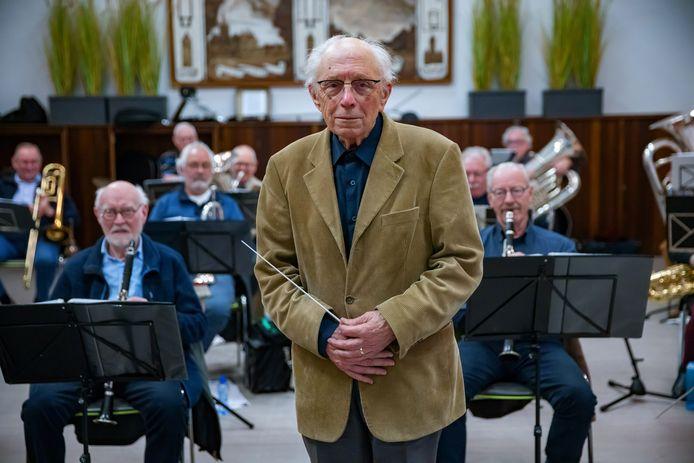 Ton Wijngaards (87) neemt in december na 22 jaar afscheid als dirigent van orkest Pro Musica. Hij was meer dan een halve eeuw lang actief bij vele orkesten in het zuiden.