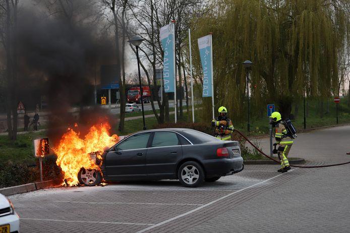 De vlammen sloegen al uit de auto bij aankomst van de brandweer in Tiel.
