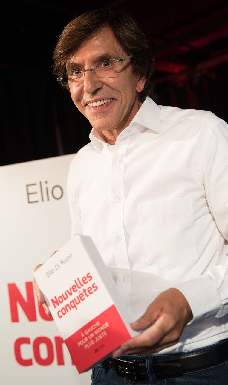 PS-voorzitter Elio Di Rupo met zijn nieuwe boek. Beeld BELGA