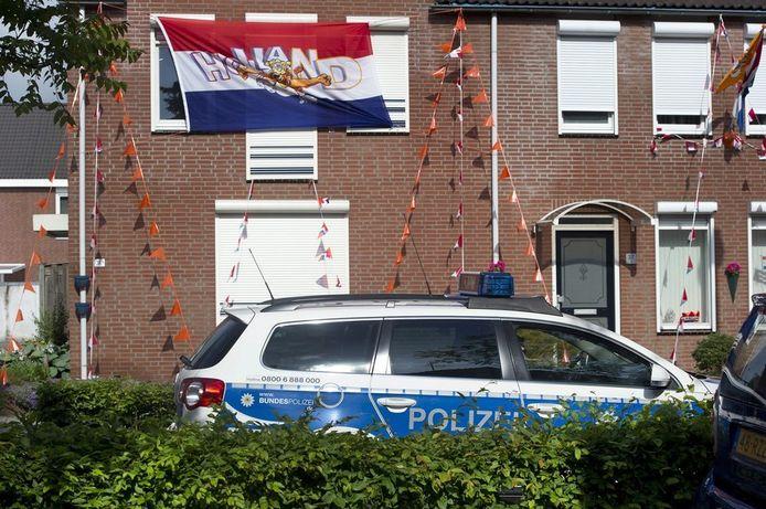 Een Duitse politiewagen voor een Nederlandse woning in de Nieuwstraat-Neustrasse, de grens van Kerkrade met Duitsland.