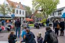 Onder toeziend oog van toeristen werd dinsdagmiddag een kastanje in het centrum van Domburg geveld.