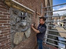 Na afpellen van zeker twintig dikke lagen verf blijkt hoe waardevol gevelsteen in centrum Kampen is