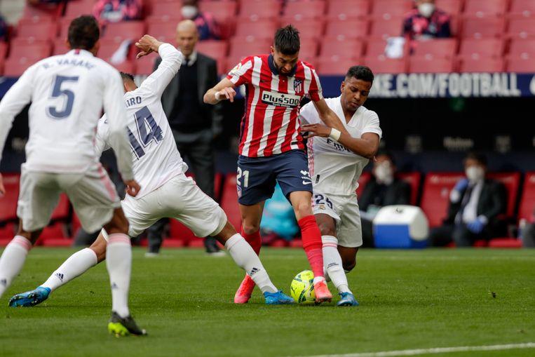 De spelers van Real hadden alle moeite om Carrasco af te stoppen. Beeld AP