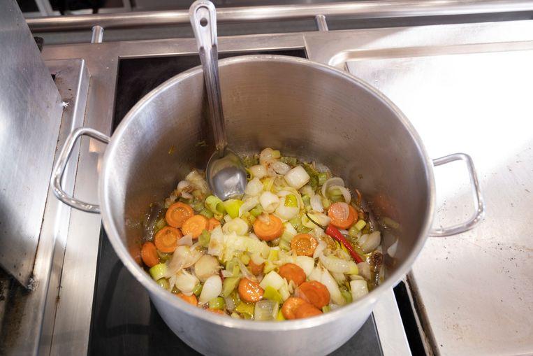 De groenten voor de soep. Beeld Els Zweerink