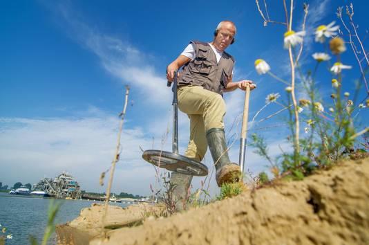 Nils Kerkhoven aan het werk met een metaaldetector.