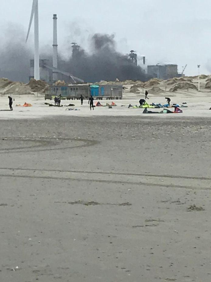 Ook vanaf het strand was de brand goed te zien.