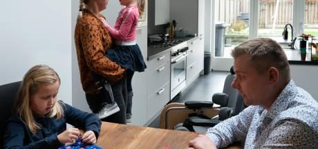 Zo verdelen we in de coronacrisis de taken: papa zorgt vaker voor kinderen, maar stofzuigen en koken doet mama nog steeds