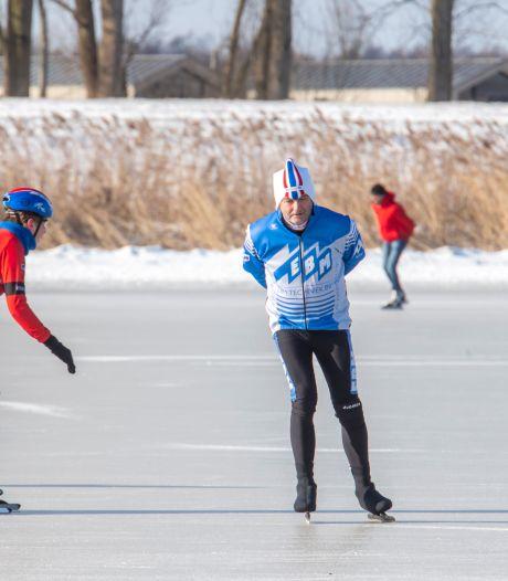Schaatser Gerrit van Emous uit Putten glijdt over dik ijs op het Nuldernauw: 'Ik heb koorts, schaatskoorts!'